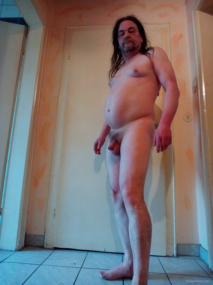 Fette Nacktschwuchtel und Schwanzfotze mit Hängetitten und Wampe