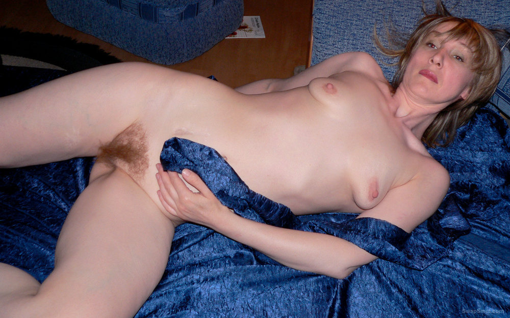 Mature Julia naked with hairy pussy