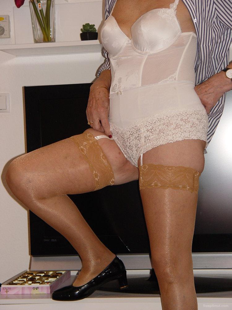 Oma Nathali wie sie spreizt und strullt mature granny wearing lingerie
