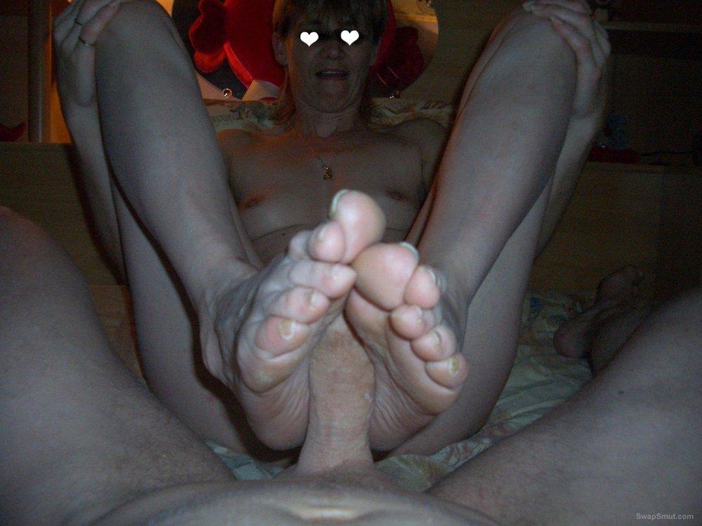 coucou c est mous et dure foot job and cucumber sex toy