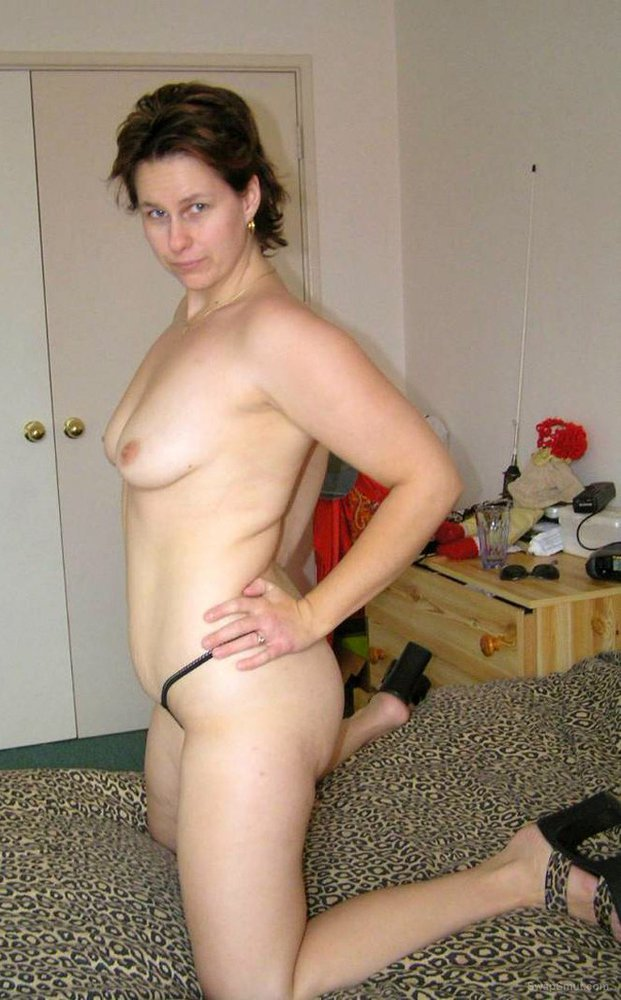 sexy housewife posing naked for the camera