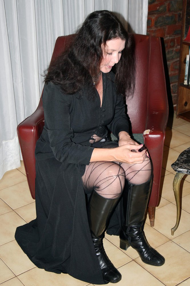 42 year Milf in body stocking osing for amateur adult home pictures