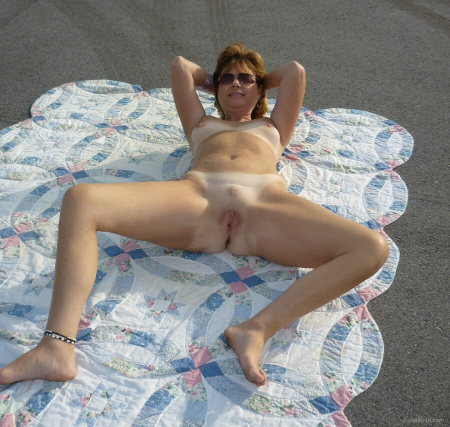 Sexy milf spread her sexy legs for you showing fanny and sexy ass