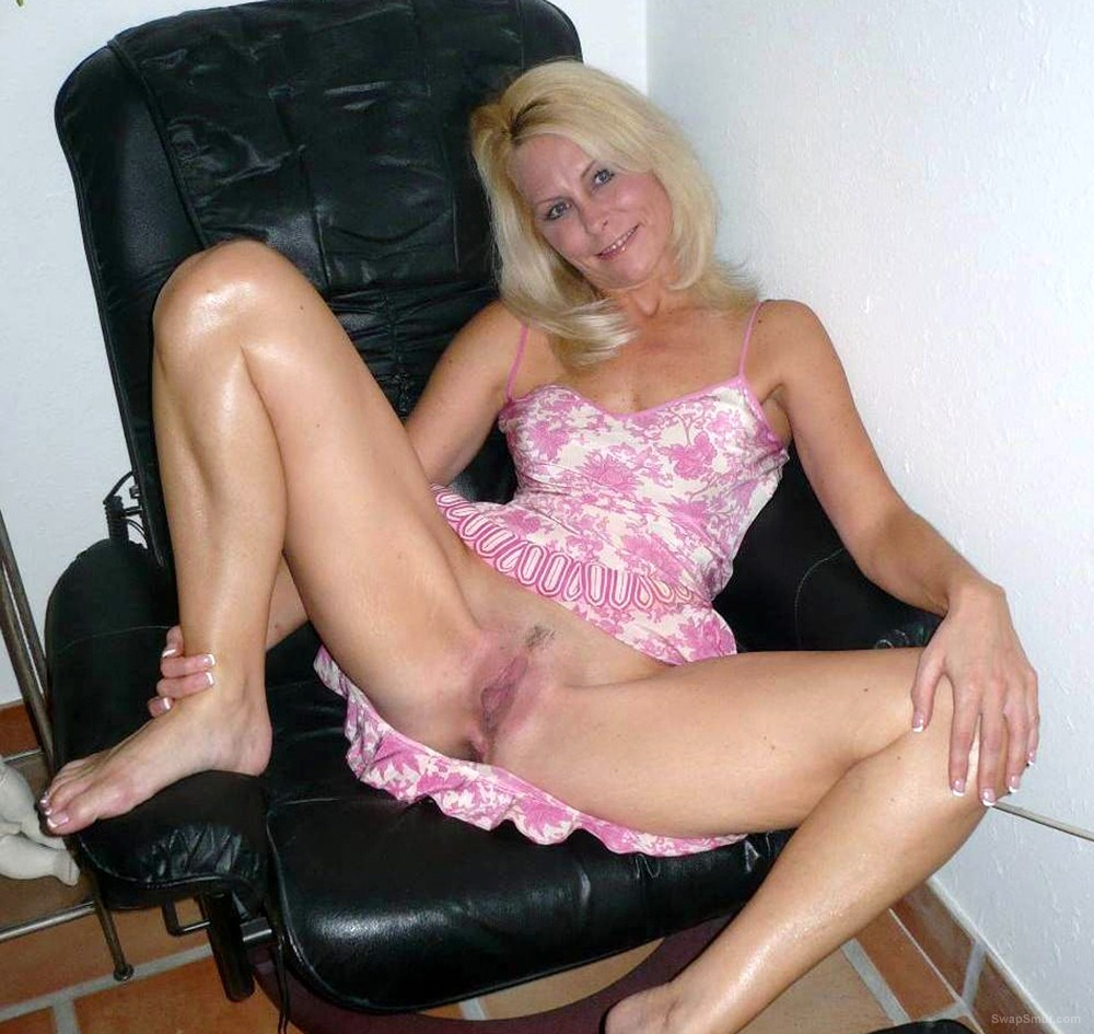 Milf legs blonde spread