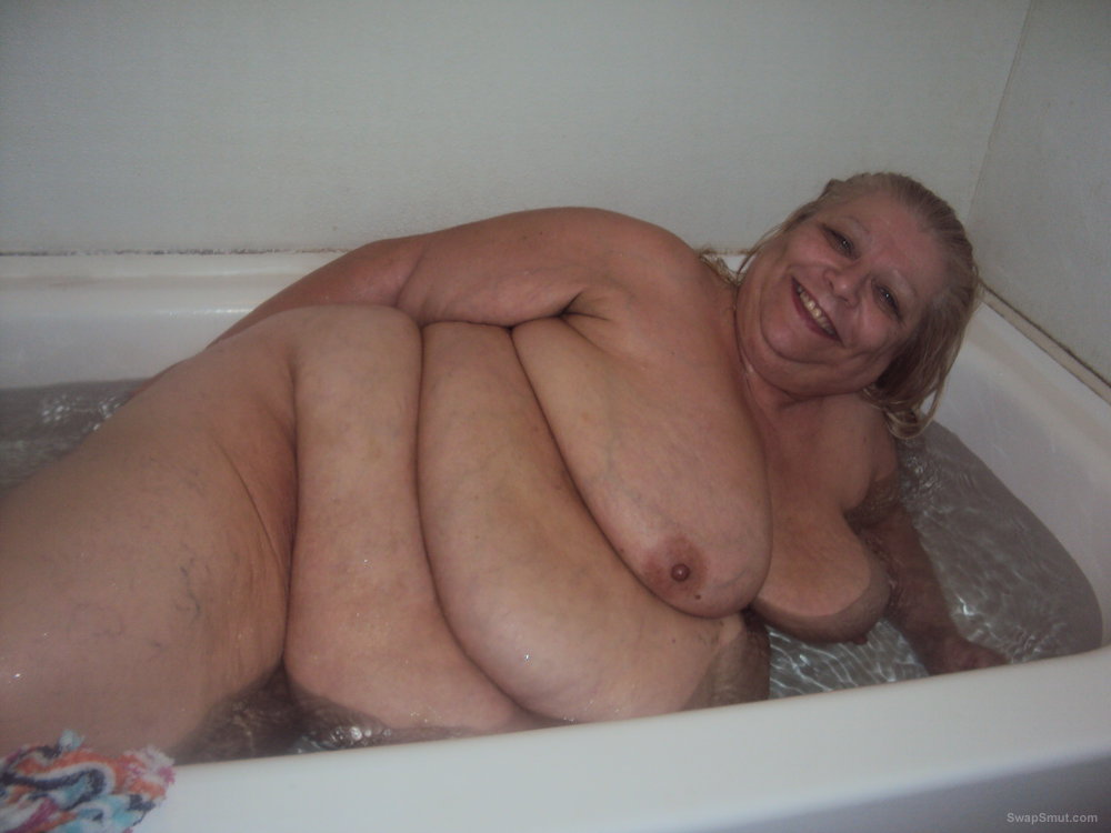 Real amateur bbw taking bath