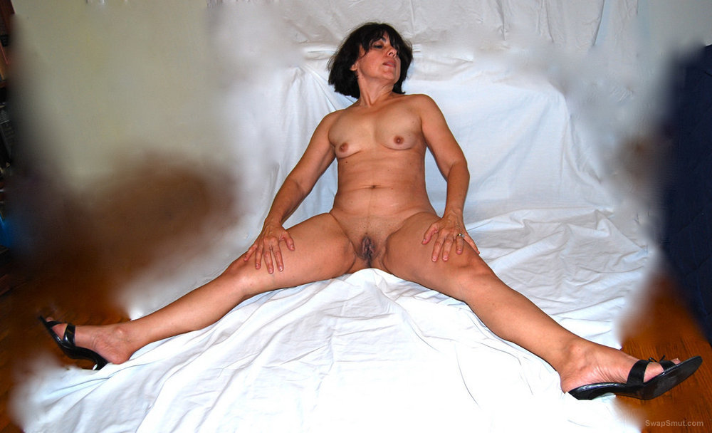 Hot mature in exhibition for you naked woman posing