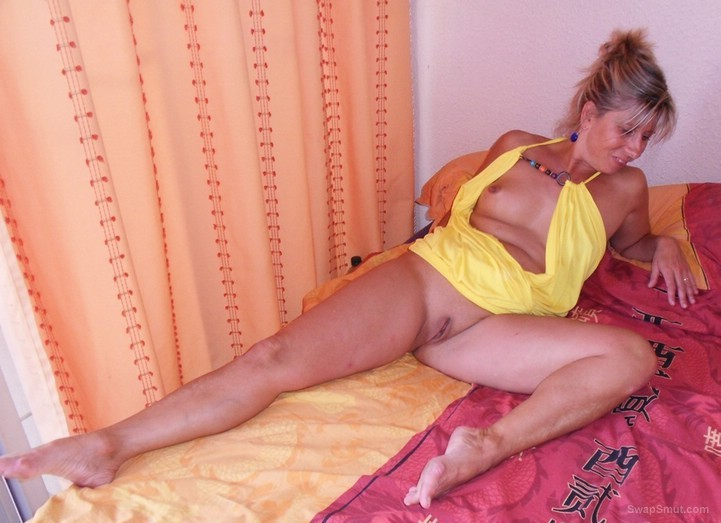 a warm welcome to LISA sexy milf showing pussy